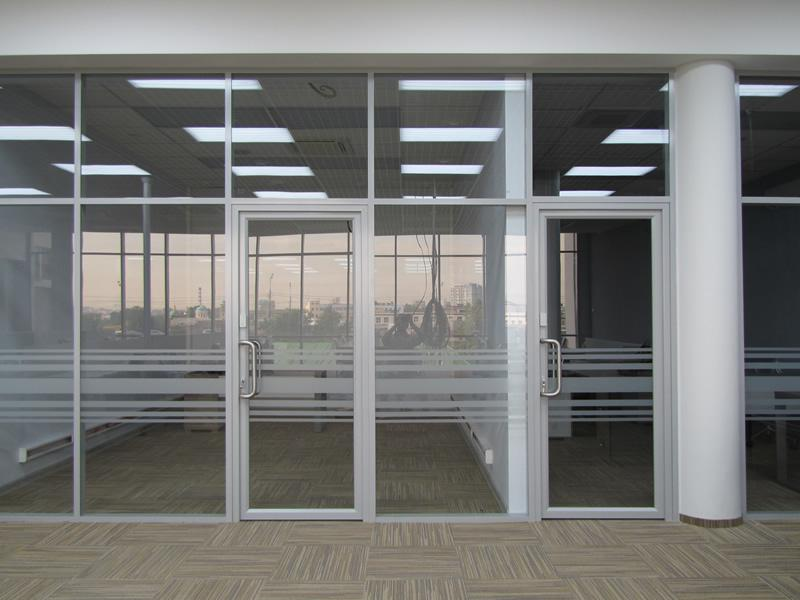 офисные входные двери из стекла и металла