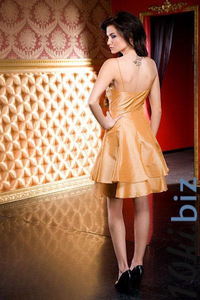 Симпатичное платье для романтичных барышень: многослойная юбка полусолнце, широкий пояс с розой, лиф с легкой драпировкой на тонких лямочках, в комплект входит палантин.