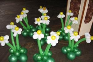 Фото Цветы из шариков букет из 3х рамашек