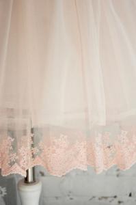 Фото Платья нарядные  Воздушное платье с брошью и пышной юбочкой