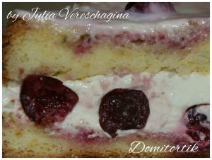 Нежный бисквит пропитанный вишневым соком, творожное суфле со сливочно-сметанным кремом, вишня (летом свежая, вне сезон - замороженная).