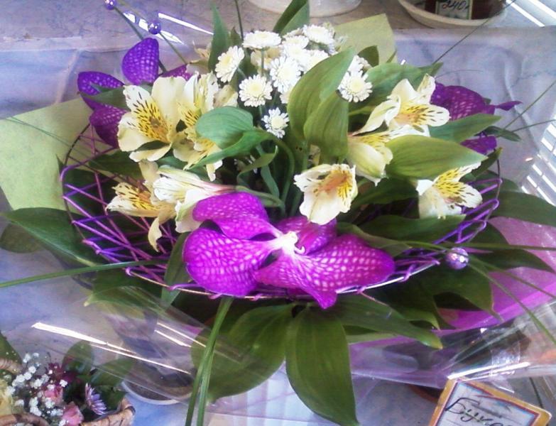 букет из орхидей на каркасе