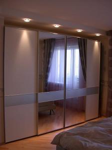Фото Шкафы, шкафы-купе Шкаф купе в нише с подсветкой