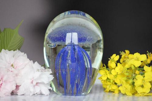Светящаяся медуза в стекле