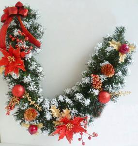 Фото Еловые гирлянды Еловая гирлянда с красными цветами