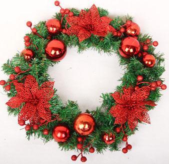Новогодний венок 45 см с красными украшениями