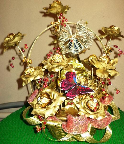 Корзина подарочная из конфет  «РОЗЫ ЗОЛОТЫЕ»