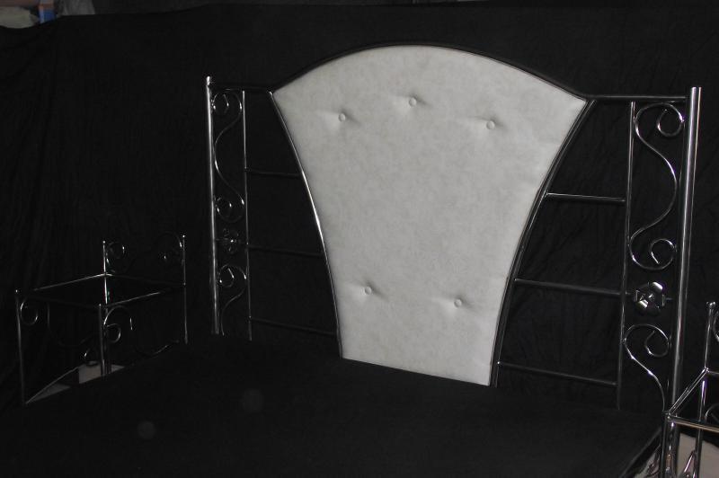 Кровати с прикроватными столиками