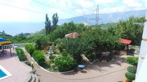 Фото Большая  Ялта, Ялта, Дома 02- Снять дом в Ялте с видом на скалы и море, в п. Массандра.  №- 243