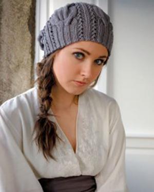 Вязаная шапочка с красивым узором