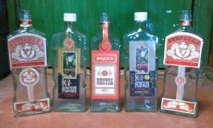 Фото антиквар, Посуда Бутылка из под водки Зубровка, Экстра, Беловежская.