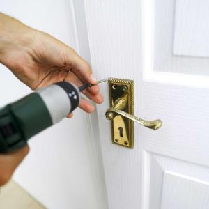 Фото Мелкий ремонт и установка дверей Установка деревянной двери(замена двери на аналогичную, замена комплекта наличников, врезка петель, замка или ручки)