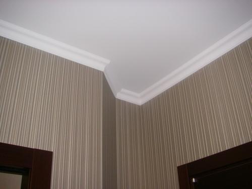 Монтаж потолочного плинтуса с покраской.
