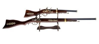Сувенирное изделие на подставке: 2 ружья с вензелем 765168