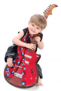 Фото Допитливим дошкільнятам (5-6 років) та  шкільним мрійникакм (6-8 років) Гра на гітарі