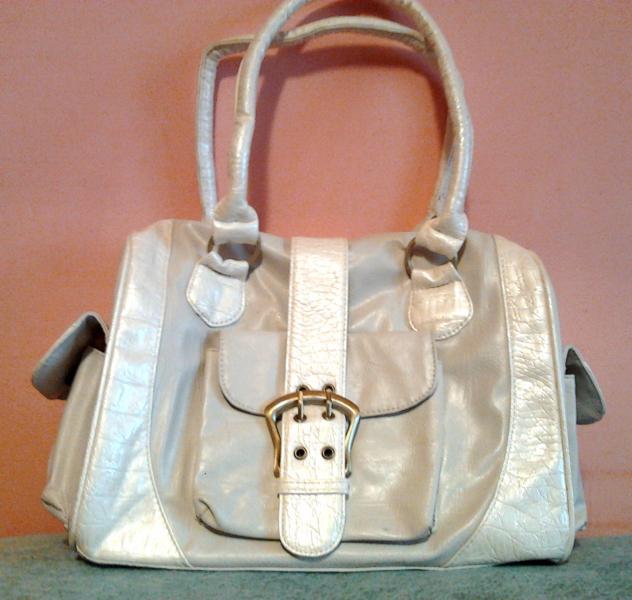 Стильная сумочка серо-белая