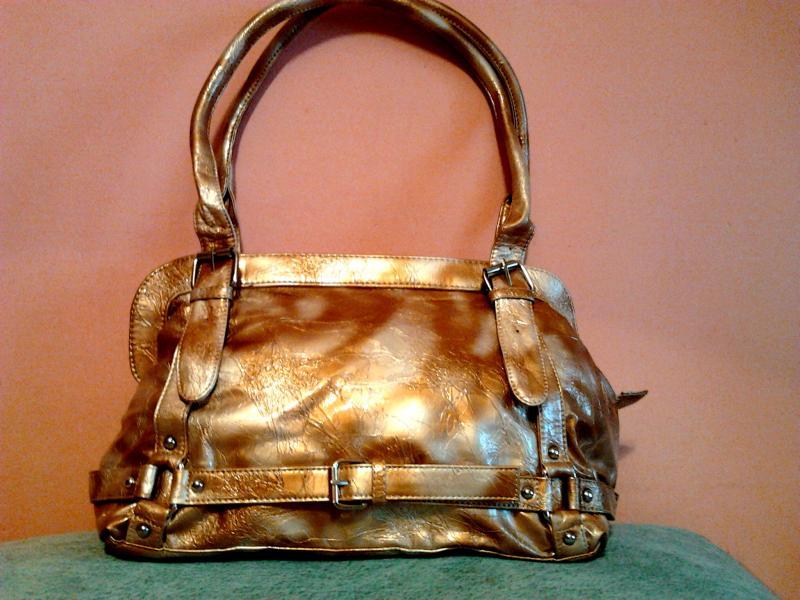 Стильная сумочка золотистого цвета