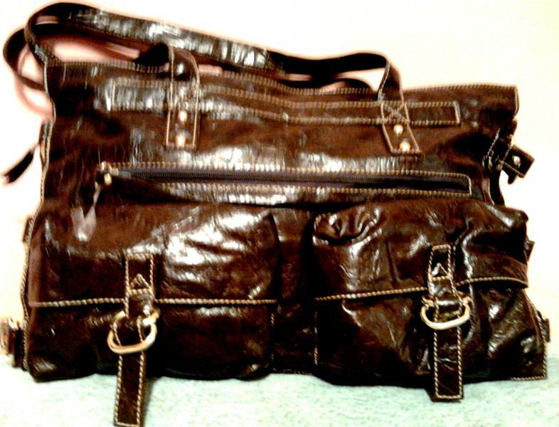 Вместительная женская сумка с карманами и пряжками