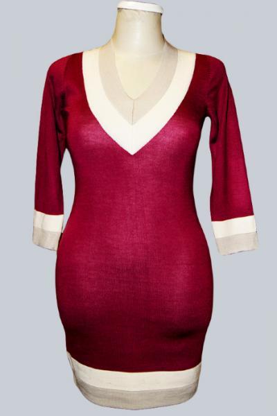 P13-001 Модное платье с глубоким V-образным вырезом. Рукава длинной 3/4. Сильно подчеркивающий фигуру покрой.По вороту, подолу и рукавам контрастный кант.