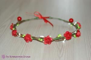 Фото Веночки с цветами Нежный веночек на голову из маленьких красных розочек