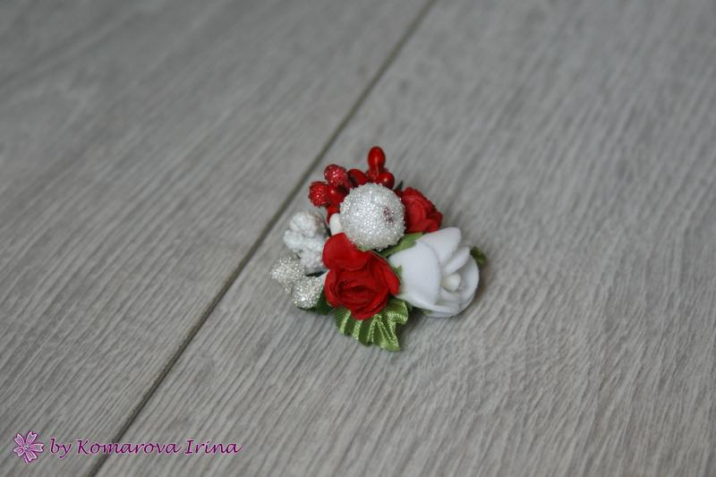 Брошь с цветами в красно-белом цвете