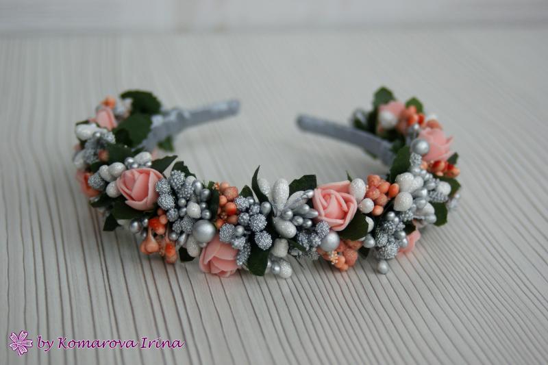 Праздничный серебристый ободок с персиковыми розочками