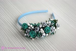 Фото Ободки с цветами Серебристый асимметричный ободок с изумрудными розочками