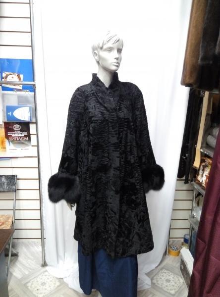"""Клешонное пальто из каракульчи,модель """"Д-10"""" с песцом на рукавах"""