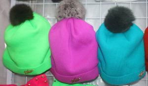 Фото Шапки детские, Шапки на девочку Вязаная шапка на флисе с натуральным бумбоном