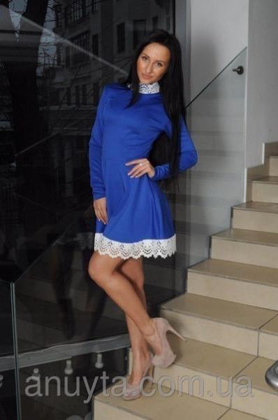 Женское платье мини ажурный ворот трикотаж синее оптом