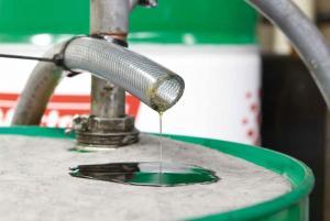 Фото Ликвидация разливов нефтепродуктов и технических жидкостей Салфетка сорбирующая на бочку