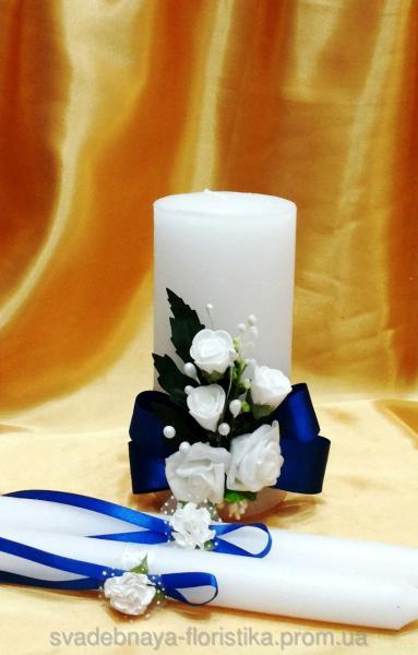 Свадебные свечи с синимей лентой.