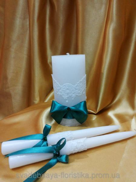 Свадебные свечи с изумрудной лентой.