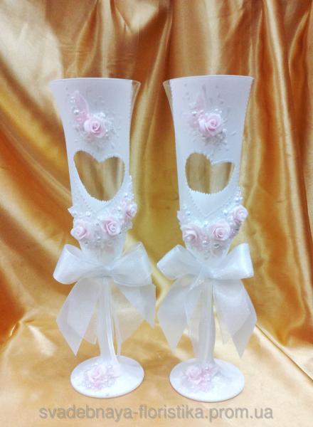 """Свадебные бокалы """"Сердце"""" с розовыми розами."""