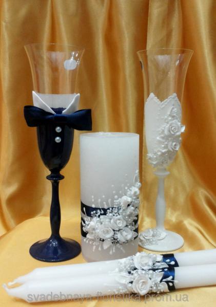 """Свадебные бокалы и свечи """"Жених и Невеста"""" в синем цвете."""