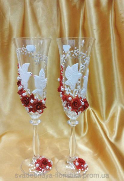 """Свадебные бокалы """"Два голубя"""" с красными розами."""