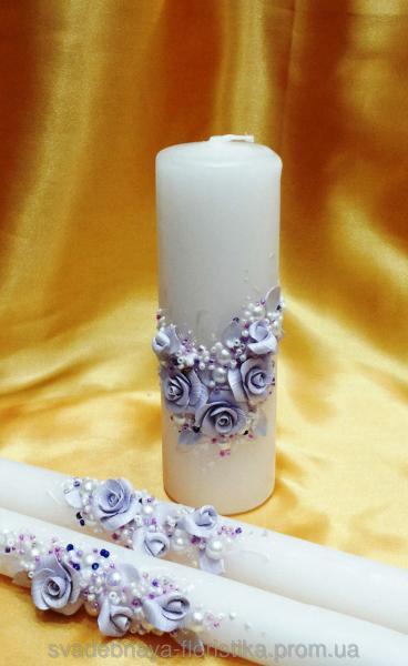 Свадебные свечи в сиреневом цвете.