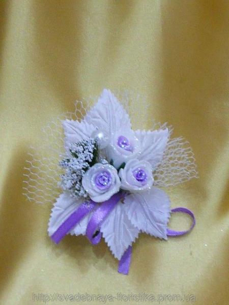 Свадебная бутоньерка бело-фиолетовая.