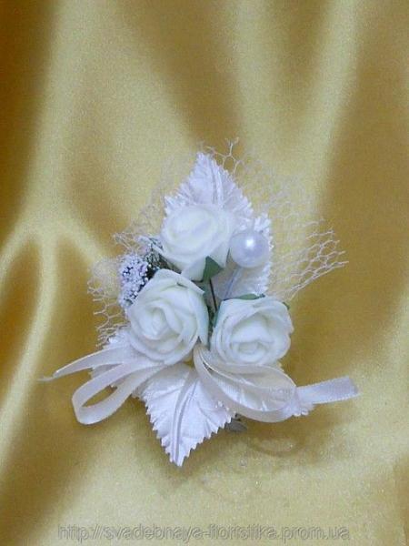 Свадебная бутоньерка в белом цвете.