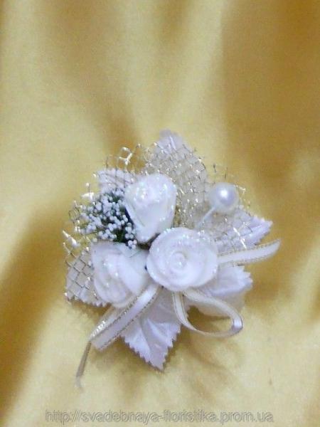 Свадебная бутоньерка в бело-золотом цвете.