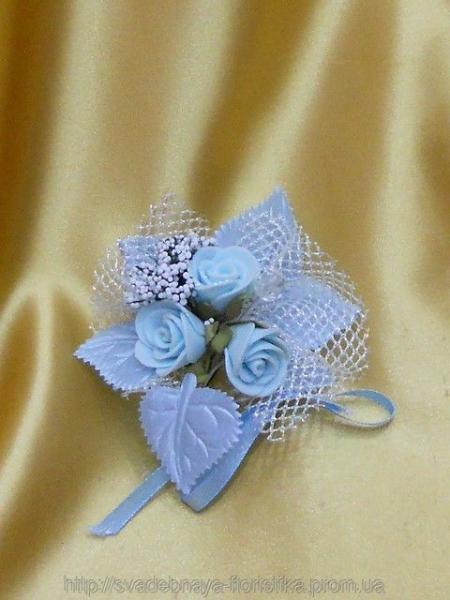 Свадебная бутоньерка в голубом цвете.