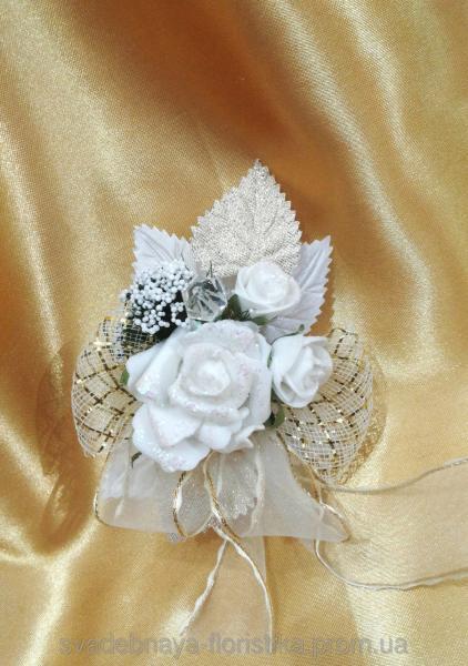 Свадебная бутоньерка в бежево-золотом цвете.