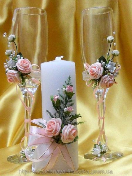 Свадебные бокалы и свеча в персиковом цвете.