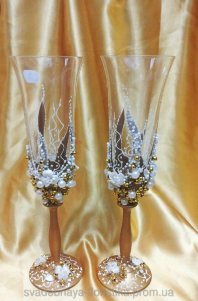 Бокалы свадебные в золотом цвете.