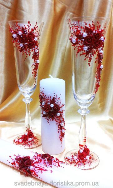 Свадебные бокалы и свечи в красном цвете