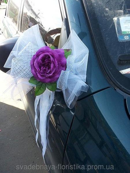 Бантик для украшения свадебной машины.