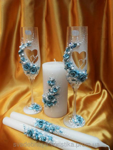 """Свадебные бокалы и свечи """"Два сердца"""" бирюзового цвета."""