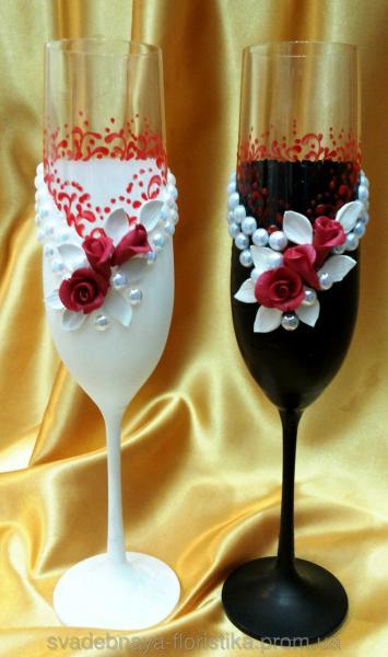 """Свадебные бокалы """"Жених и Невеста"""" с красными розами."""