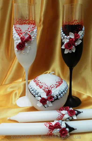 """Свадебные бокалы и свечи """"Жених и невеста"""" с красными розами."""