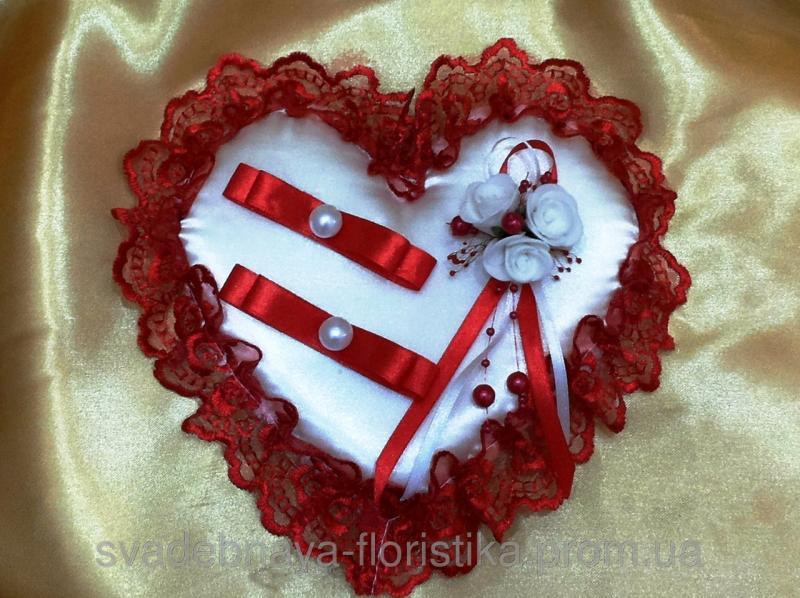 Свадебная подушечка для колец красная.